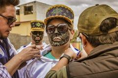 Latacunga, эквадор - 22-ое сентября 2018 - молодые люди одевает в украшенной черной стороне для того чтобы отпраздновать африканс стоковые изображения