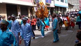 Latacunga, Ecuador - 20180925 - Ashanguero in Blauw danst aangezien hij 250 Ponden van Feest op Zijn Rug in Mamma N draagt stock footage