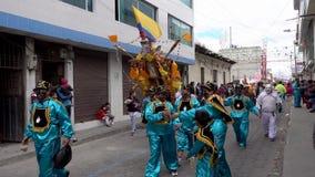 Latacunga, Ecuador - 20180925 - Ashanguero in Blauw draagt 250 Ponden van Feest op Zijn Rug in de Parade van Mammanegra stock footage