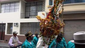 Latacunga, Ecuador - 20180925 - Ashanguero draagt 250 Ponden van Feest op Zijn Rug in de Parade van Mammanegra stock video