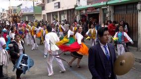 Latacunga, Ecuador - 20180925 - Frauen in den bunten Schalen tanzen in Mutter Negra Parade stock footage