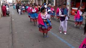 Latacunga, Ecuador - 20180925 - Frauen in den roten Schalen tanzen in Parade stock footage