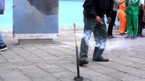 Latacunga, Ecuador - 20180923 - gente está cercano como luces Rocket With Cigarette - cámara lenta del hombre metrajes