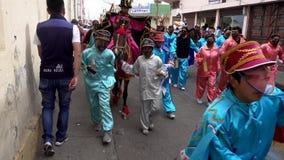Latacunga, Ecuador - 20180925 - Junge, der Erzengel Gabriel Rides Past auf Pferd in der Parade darstellt stock video