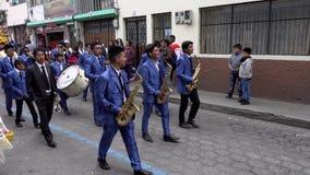 Latacunga, Ecuador - 20180925 - Männer im purpurroten Tanz gefolgt von tragendem Fest Ashanguero in Mutter Negra Parade stock footage