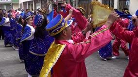 Latacunga, Ecuador - 20180925 - Männer im roten Tanz mit Frauen im Blau in Mutter Negra Parade stock video