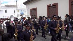 Latacunga, Ecuador - 20180925 - Militärblaskapelle-Spiele in Mutter Negra Parade stock video
