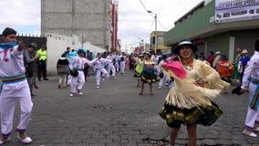 Latacunga, Ecuador - 20180925 - Paare zeigen traditionellen ekuadorianischen Tanz in der Parade stock video
