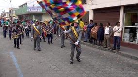 Latacunga, Ecuador - 20180925 - payaso Waves Flag en mamá Negra Parade almacen de metraje de vídeo