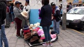 Latacunga, Ecuador - 20180923 - vendedor ambulante vende los sombreros de una manta almacen de metraje de vídeo
