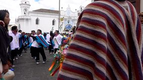 Latacunga, Ecuador - 20180925 - Zauberer säubert Frau von bösen Geistern in Mutter Negra Parade stock footage