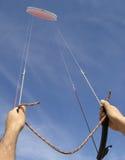 latającą kontrolować wysoką latawiec Zdjęcie Royalty Free