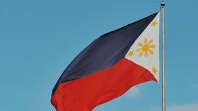 Latająca bicolor flaga Filipiny z środkowym złotym słońcem reprezentuje gwiazdy i prowincje wyspy zdjęcie wideo