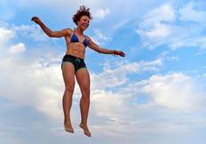 Latająca dziewczyna nad pięknym niebem Fotografia Stock
