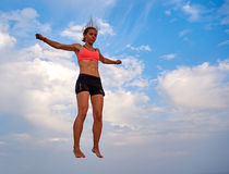 Latająca dziewczyna nad pięknym niebem Fotografia Royalty Free