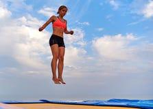 Latająca dziewczyna nad pięknym niebem Obrazy Stock