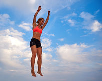 Latająca dziewczyna nad pięknym niebem Zdjęcie Stock
