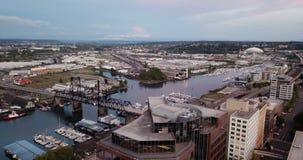 Latająca lewica nad budynku Tacoma przypływu w centrum Waszyngtońskimi mieszkaniami i portem morskim w tle zbiory wideo