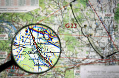 Latająca mapa z powiększać - szkło obrazy royalty free