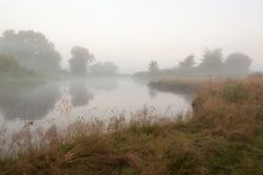 latająca mgłowa piękna pogoda rano rzeki Obrazy Royalty Free