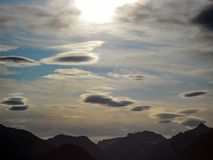 ` Latającego spodeczka ` chmurnieje nad Norweskimi górami obraz royalty free