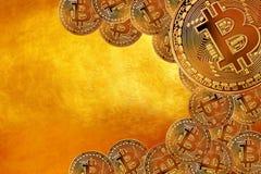 Latający Bitcoin jak najwięcej znacząco cryptocurrency pojęcia Crypto waluta Złocisty Bitcoin, BTC, kawałek moneta Zakończenie Bl zdjęcie stock