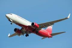 Latający Boeing 737-800 ` Makhachkala ` VQ-BPX linii lotniczych ` Rossiya - Rosyjski linii lotniczej ` zbliżenie w niebieskim nie Fotografia Stock