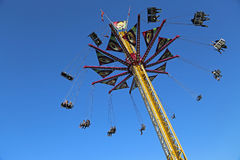 Latający huśtawkowy carousel przeciw niebieskiemu niebu Obraz Royalty Free