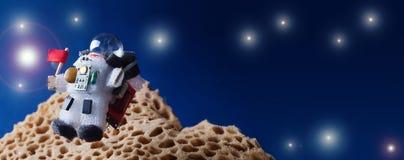Latający kosmonauta kosmita z czerwoną flaga kosmos eksploraci galaktyczny pojęcie kosmos kopii Żarówka charakter ubierający zdjęcia stock