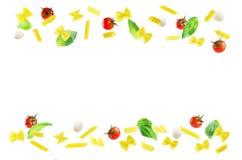 Latający makaron z basilem, mozzarellą i pomidorami odizolowywającymi, Fotografia Stock