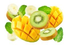 Latający mango, kiwi i banan z nowymi liśćmi, fotografia royalty free