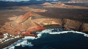 Latający nad Powulkanicznym jeziorem El Golfo, Lanzarote, wyspy kanaryjska, Hiszpania zdjęcie wideo