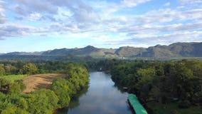 Latający nad rzeką, górami i drzewami, zbiory