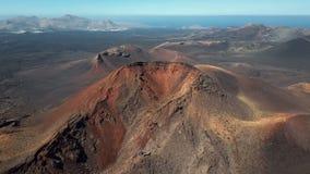 Latający nad volcanoes blisko Timanfaya parka narodowego, Lanzarote, wyspy kanaryjska zbiory wideo