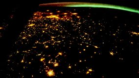 Lataj?cy nad ziemi powierzchni?, strza? od stacji kosmicznej Lata? nad W?ochy ilustracja wektor