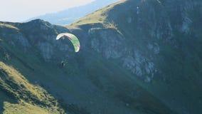 Latający paraglider na tle piękne chmury i słońce zbiory