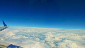Latający przez chmur, Podróżuje powietrzem Widok przez samolotowego okno, tło tekstura zdjęcie wideo