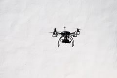 Latający quadrocopter truteń z kamerą Fotografia Royalty Free
