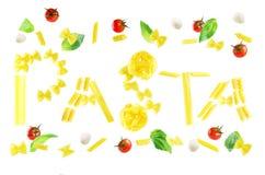 Latający słowo makaron napisze od makaronu z basilem i pomidorami Zdjęcie Royalty Free