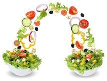 Latający sałatkowi składniki w pucharze z pomidorami, cebula, oliwki fotografia stock