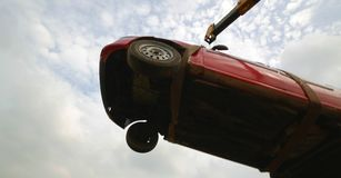 Latający samochód, holuje uszkadzającego samochód nad holowniczą ciężarówką, niskiego kąta strzał obrazy stock