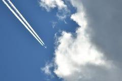 Latający samolot w niebieskim niebie zbliża się chmury fotografia royalty free