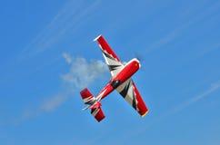 Latający samolot wykonuje aerobatics w niebie obrazy royalty free