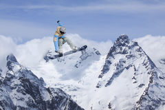 Latający snowboarder na górach, krańcowy sport Obraz Stock