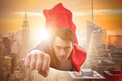 Latający super bohater nad miastem zdjęcia stock