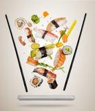 Latający suszi kawałki słuzyć na talerzu, oddzielającym na barwionym tle Obraz Stock