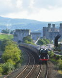 Latający szkotu pociąg i Conwy kasztel fotografia stock