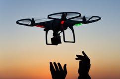 Latający truteń z kamerą na niebie przy zmierzchem Obrazy Royalty Free