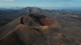 Latający wokoło krateru blisko Timanfaya parka narodowego, Lanzarote, wyspy kanaryjska zbiory