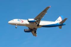 Latający zasięrzutny samolotu Aerobus A320 VP-BDL linii lotniczej ` Ural linii lotniczych ` Zdjęcia Royalty Free